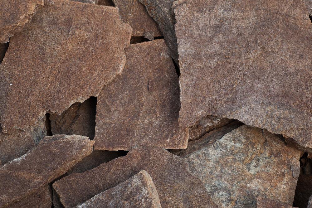sötétvarna kő lapok